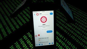 """Le """"chatbot"""" Jam sur un téléphone à Paris, le 28 février 2019"""