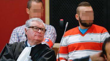 En arrière-plan, Samson et Steve Becker. Tous deux sont poursuivis pour meurtre.