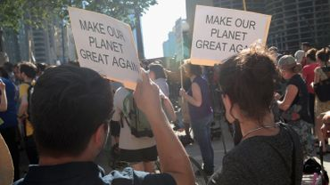 Une manifestation contre la décision de Donald Trump de sortir les Etats-Unis de l'Accord de Paris sur le climat, à Chicago, le 2 juin 2017.