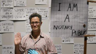 """A la foire d'Art Basel, l'artiste Paul Ramirez Jonas propose une performance intitulée """"Faits Alternatifs"""""""