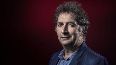 François Morel rend hommage au maître de l'humour absurde en reprenant ses plus grands textes sur la scène du théâtre du Rond-Point, à Paris