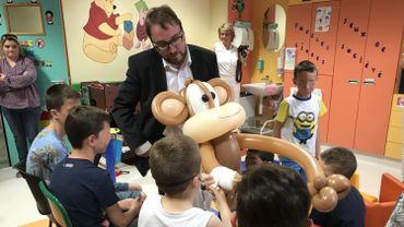 Le magicien Emmanuel Thars est venu accompagné de son singe Coco pour faire découvrir Namur en mai aux enfants hospitalisés à l'unité de pédiatrie du CHR de Namur.