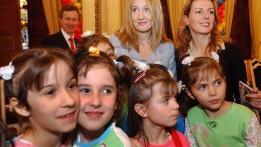 J.K. Rowling avec des enfants fans d'Harry Potter