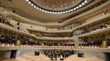 Chanel a organisé son défilé Métiers d'art au sein de la Philharmonie de l'Elbe à Hambourg, la ville de naissance de Karl Lagerfeld.
