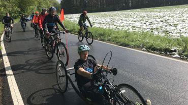 La préparation de Cédric Truy, sur la route, en handbike, avec ses amis