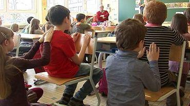 Dans une école de Quimper, les élèves se massent en classe!