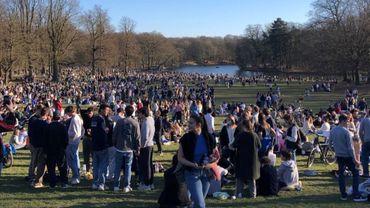 """Du monde dans les parcs à Bruxelles ce dimanche: """"Impossible de verbaliser tous ceux qui ne respectaient pas les mesures"""""""