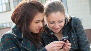 Les adolescents jonglent parfaitement entre l'orthographe traditionnelle et le langage SMS