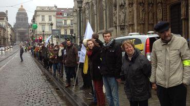 Quelques 4000 personnes ont formé une chaîne humaine dimanche après-midi à Bruxelles, depuis la Bourse jusqu'au Palais de Justice.
