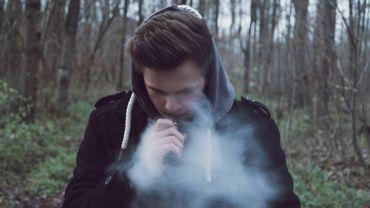 La cigarette électronique pourrait favoriser le tabagisme quotidien.
