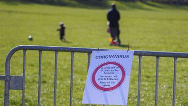 Un des nombreux parcs de la région bruxelloise où il est interdit de jouer suite aux mesures de confinement dans le cadre du coronavirus