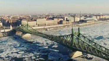 Un drone filme la glace dérivant sur le Danube (timelapse)