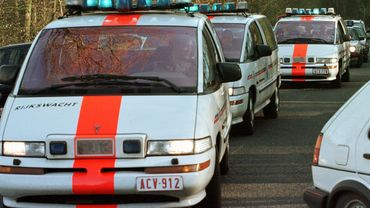 Des véhicules de la gendarmerie arrivent à proximité de la forêt de Herbeumont, près de Neufchâteau, le 23 avril 1998