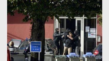 Des policiers français escortent Isaskun Lesaka, arrêtée le 28 octobre 2012 à Mâcon