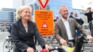 Les ministres bruxellois des Transports et de la Mobilité, Brigitte Grouwels et Bruno De Lille, ont inauguré lundi le projet pilote au carrefour situé entre les boulevards du Botanique et Pacheco