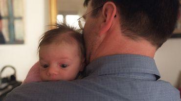 Selon l'Unicef, une interaction positive avec les mères et les pères dès la naissance détermine le développement du cerveau des enfants pour la vie.