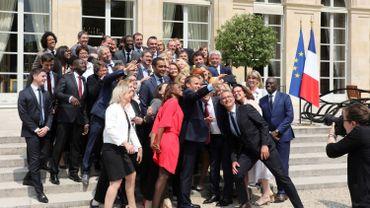 """Emmanuel Macron et les membres """"En Marche"""" du Parlement français en mai dernier."""