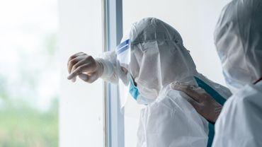 Personnel de santé munis de l'équipement de protection