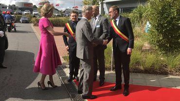 Le Roi et la Reine sont accueillis par le bourgmestre de Charleroi, Paul Magnette, à leur arrivée au BioPark