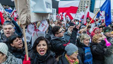 Des dizaines de milliers de Polonais dans la rue pour défendre les médias publics