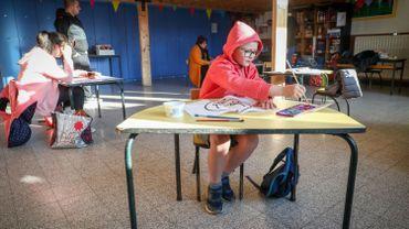 Enfant dans une salle de classe de Montignies-sur-Sambre, le 20 avril 2020