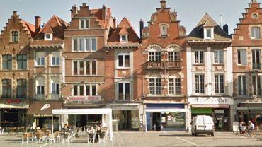 """Les faits se sont déroulés face au café """"Le Petrus"""" sur la grand-place de Tournai"""