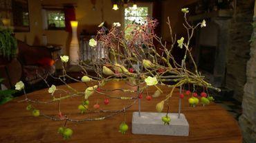 Une composition florale avec des fleurs paraffinées