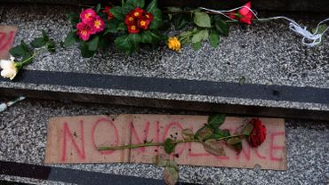 Des fleurs déposées en hommage aux victimes du Nouvel An à Cologne