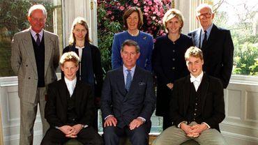 Lady Celia Vestey, en bleu sur la photo était une des 6 marraines et parrains du prince Harry