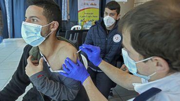 """Coronavirus en Israël: des doses de vaccin """"inutilisées"""" iront à d'autres pays et aux Palestiniens"""