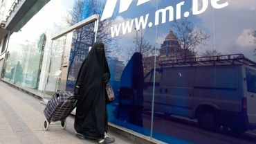 Une femme en niqab devant le siège du Mouvement réformateur à Bruxelles.
