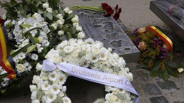 Une minute de silence sous la pluie devant le mémorial aux victimes