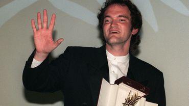 """Quentin Tarantino répond à une détractrice par un doigt d'honneur (qu'on ne voit pas ici) lors de sa victoire avec """"Pulp Fiction"""" en 1994."""