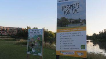 Des panneaux ont été apposés aux abords du Lac de Louvain-la-Neuve pour bien rappeler à tous les nouvelles règles en vigueur.