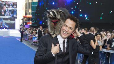 """James Gunn et Oreo, le raton laveur qui prête ses traits à Rocket (et dont la voix est donnée par Bradley Cooper), lors de l'avant-première européenne des """"Gardiens de la Galaxie"""""""