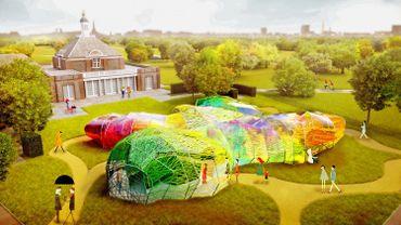 """Le """"Serpentine Pavilion 2015"""", imaginé par le cabinet espagnol Selgas/Cano, est une structure polygonale avec des panneaux de tissu multicolore et une enveloppe en fil"""