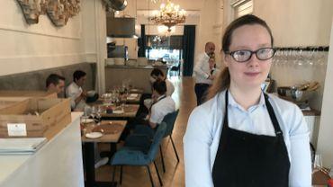 A 22 ans, Nina est très heureuse d'avoir décroché cet emploi dans le restaurant et parvient à transmettre sa joie à ses collègues et aux clients.