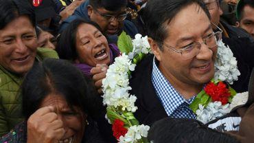 Luis Arce, candidat du Mouvement pour le socialisme (MAS) à la présidentielle en Bolivie, est accueilli par ses partisans le 28 janvier 2020 à l'aéroport d'El Alto