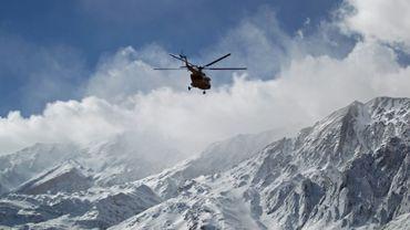 Une photo distribuée par l'agence de presse iranienne Tasnim montre un hélicoptère de secours survolant les monts Zagros pour retrouver l'épave d'un avion de ligne qui s'est écrasé, le 19 février 2018