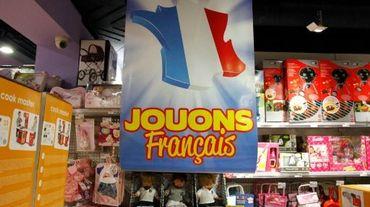"""Un poster encourageant les consommateurs à acheter des jouets fabriqués en France, """"Jouons Français"""", le 15 décembre 2014 à Paris"""