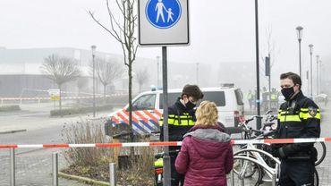 Des policiers bloquent une passante après une explosion qui s'est produite près d'un centre de dépistage du Covid-19 sans faire de blessés, le 3 mars 2021 à Bovenkarspel, aux Pays-Bas