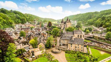 """Une vue de Durbuy, """"le plus petit village du monde"""", en province de Luxembourg."""