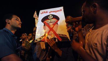 En Egypte, c'est maintenant dans des affrontements violents que s'opposent les camps opposés des pro-Morsi et des supporters de l'armée