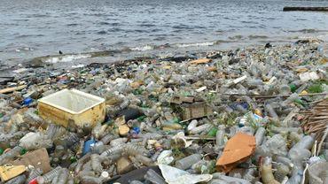 Des déchets sur une plage près du port d'Abidjan, en côte d'Ivoire, le 5 août 2015