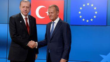 """Le dîner de travail à Varna devrait constituer une """"occasion de discuter des libertés fondamentales et de l'Etat de droit en Turquie"""", ont indiqué MM. Tusk et Juncker dans une lettre publiée sur Twitter."""