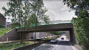 Le pont de l'A503 à Marcinelle d'où les jeunes ont lancé le pavé mortel