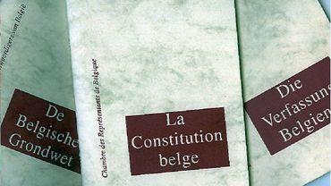 Pour réviser l'article 12 de la Constitution, et prolonger la garde à vue à 72H une majorité des 2/3 est requise.