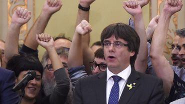 """Accompagné par ses conseillers, Carles Puigdemont serait actuellement """"dans un lieu discret et sûr"""" de Bruxelles etdevrait prendre la parole ce mardi, ont confirmé des sources de la Généralité de Catalogne à laTV3,"""