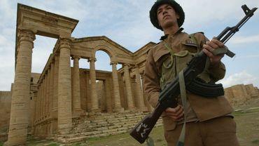 La ville a été fondée vers 150 avant notre ère par le roi assyrien Santrug Ier. On voit ici les ruines en 2004, gardées par un soldat de l'ICDC.