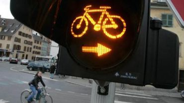 Les cyclistes pourraient bientôt traverser certains carrefours en toute légalité.